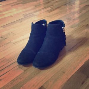 These black boots are so cute!